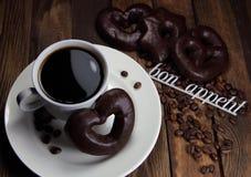 чашка кофе с печеньями шоколада и appetit bon надписи Стоковые Фотографии RF