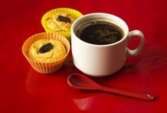 Чашка кофе с 2 пирожными на красном крупном плане предпосылки Стоковые Фотографии RF