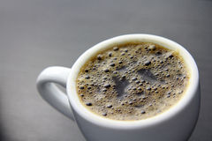 Чашка кофе с темной предпосылкой Стоковая Фотография
