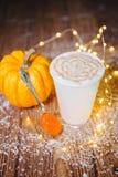 Чашка кофе с формой сердца и тыква жолудя конуса сосны на деревянном Стоковые Изображения RF