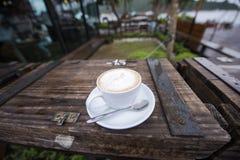 Чашка кофе с формой сердца на деревянной коробке Стоковая Фотография