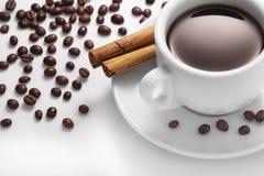 Чашка кофе с циннамоном и фасолями Стоковая Фотография