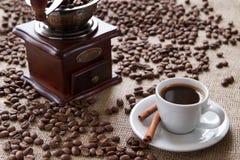 Чашка кофе с циннамоном на кофейных зернах предпосылки Стоковое фото RF