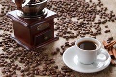 Чашка кофе с циннамоном на кофейных зернах предпосылки Стоковые Фотографии RF