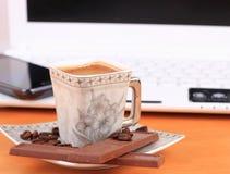 Чашка кофе с шоколадом на таблице Стоковое Изображение RF
