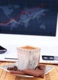 Чашка кофе с шоколадом на таблице Стоковая Фотография