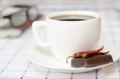Чашка кофе с шоколадом nad чилей Стоковые Фотографии RF