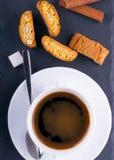 Чашка кофе с cantuccini стоковая фотография
