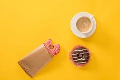 Чашка кофе с donuts на желтой поверхности donuts и предпосылка кофе Стоковые Фотографии RF