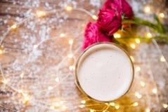 Чашка кофе с macaroons и розами Стоковое Изображение