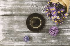 Чашка кофе, цветок обернутый в бумаге kraft на серой таблице сверху Дизайн плоского положения пастельный Скопируйте космос для те стоковая фотография
