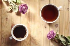 Чашка кофе, чай и 2 высушенных розы Стоковые Изображения