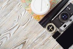 Чашка кофе электрофонаря привода вспышки компаса smartphone камеры карты перемещения Стоковое Изображение