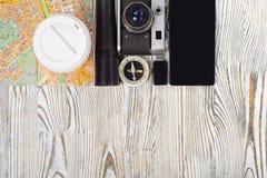 Чашка кофе электрофонаря привода вспышки компаса smartphone камеры карты перемещения Стоковая Фотография RF