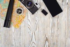 Чашка кофе электрофонаря привода вспышки компаса smartphone камеры карты перемещения Стоковые Фото