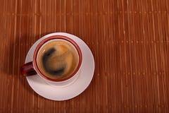 Чашка кофе эспрессо на темной деревянной предпосылке Стоковые Изображения RF