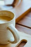 Чашка кофе Latte в уютной кофейне Стоковое Изображение RF