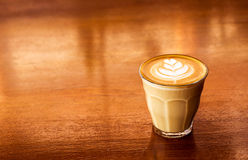 Чашка кофе latte на предпосылке деревянного стола Стоковая Фотография RF