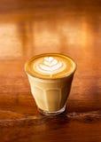 Чашка кофе latte на предпосылке деревянного стола Стоковое Изображение