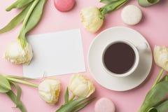 Чашка кофе, macarons и ведра утра весны цветет взгляд сверху Концепция поздравительной открытки утра Стоковое Изображение RF
