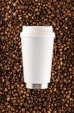 Чашка кофе Thermos выпивая на предпосылке кофейных зерен Стоковое Изображение