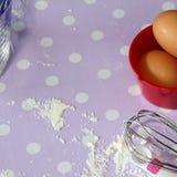 Чашка красного цвета яичка муки хлебопекарни Стоковые Изображения