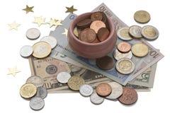 Чашка множества изолированная на белой предпосылке, символе богатства и обилии Концепция сокровища Монетки и банкноты от различно стоковая фотография rf