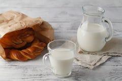 Чашка молока и печенья на таблице Стоковая Фотография RF