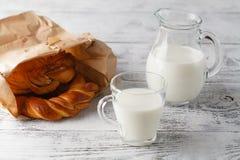 Чашка молока и печенья на таблице Стоковое Изображение RF