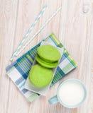 Чашка молока и macarons Стоковое Изображение