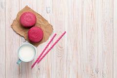 Чашка молока и macarons Стоковое Изображение RF