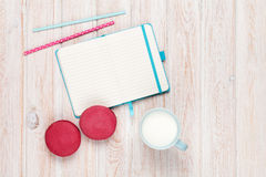 Чашка молока и macarons Стоковая Фотография RF