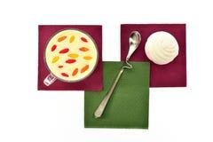 Чашка молока с ягодами и marmelodom Стоковые Изображения RF