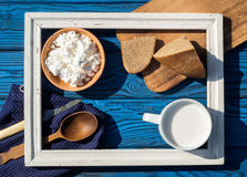 Чашка молока, творога и хлеба внутри белой рамки дальше Стоковые Фотографии RF