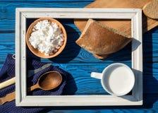 Чашка молока, творога и хлеба внутри белой рамки дальше Стоковое Фото