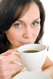 чашка наслаждаясь детенышами женщины чая Стоковое фото RF