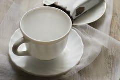 Чашка на таблице и торте Стоковая Фотография RF