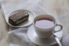 Чашка на таблице и торте Стоковое Изображение RF
