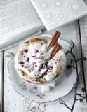 Чашка дня валентинки кофе капучино Стоковая Фотография RF