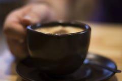 Чашка очень вкусного кофе в руке Стоковые Изображения
