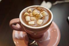 Чашка пинка питья зефира шоколада Стоковые Изображения RF