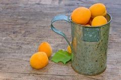 чашка предпосылки абрикосов деревянная Стоковые Изображения RF