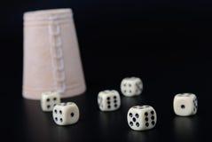 чашка предпосылки черная dices Стоковая Фотография RF