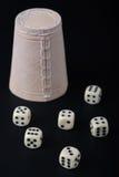 чашка предпосылки черная dices Стоковые Изображения RF