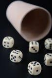 чашка предпосылки черная dices Стоковая Фотография