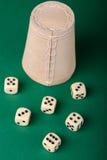 чашка предпосылки dices зеленый цвет Стоковые Фото