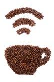 Чашка при форма Wi-Fi сделанная из кофейных зерен над белой предпосылкой Стоковое Изображение