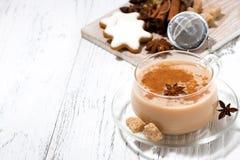 чашка пряных чая masala и печений рождества Стоковая Фотография