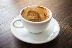 Чашка пустого кофе белая после питья Стоковые Изображения RF
