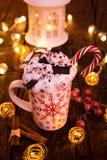 Чашка рождества с горячим шоколадом и взбитой сливк стоковая фотография rf